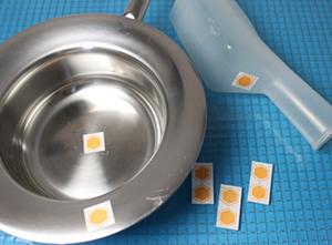 Cleaning indicators (oranje stickers)  kunnen op een bedpan of urinefles worden geplakt, om daarmee de bedpanspoeler te testen.