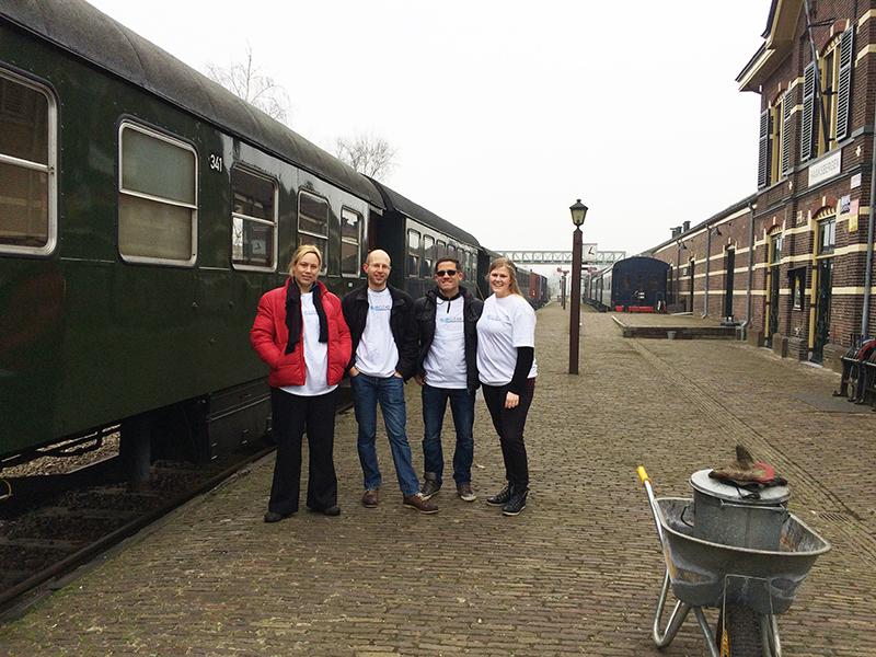 Het BuBclean team tussen de werkzaamheden op het perron van MuseumBuurtSpoorweg Haaksbergen